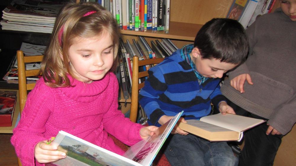 Obec Tichá - Malé děti v malé knihovně