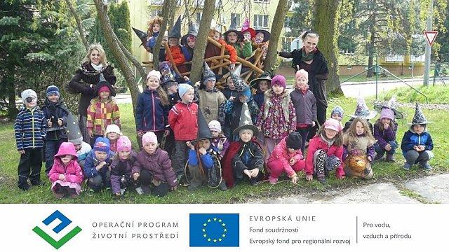 Děti z mateřské školy si svou novou přírodní zahradu Tichavinku hned od počátku hýčkají